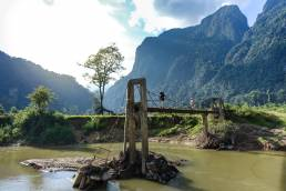 Pont effondré sur la rivière nam fuang