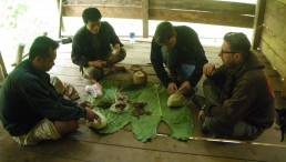 Déjeuner dans l'abri des piroguiers